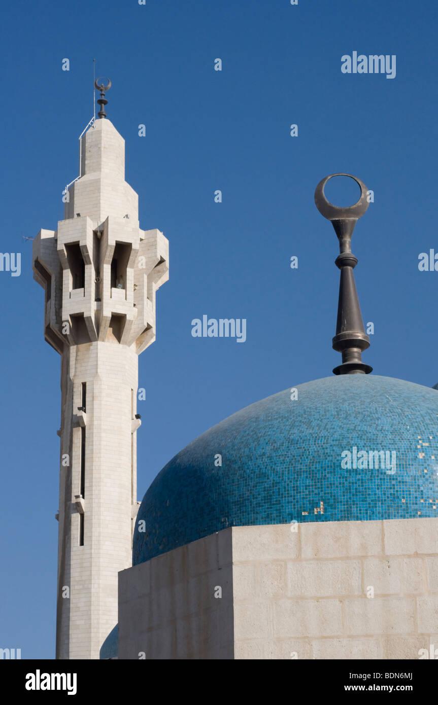 Minareto e cupola sormontata dalla mezzaluna islamica al Re Hussein moschea, Amman. Immagini Stock