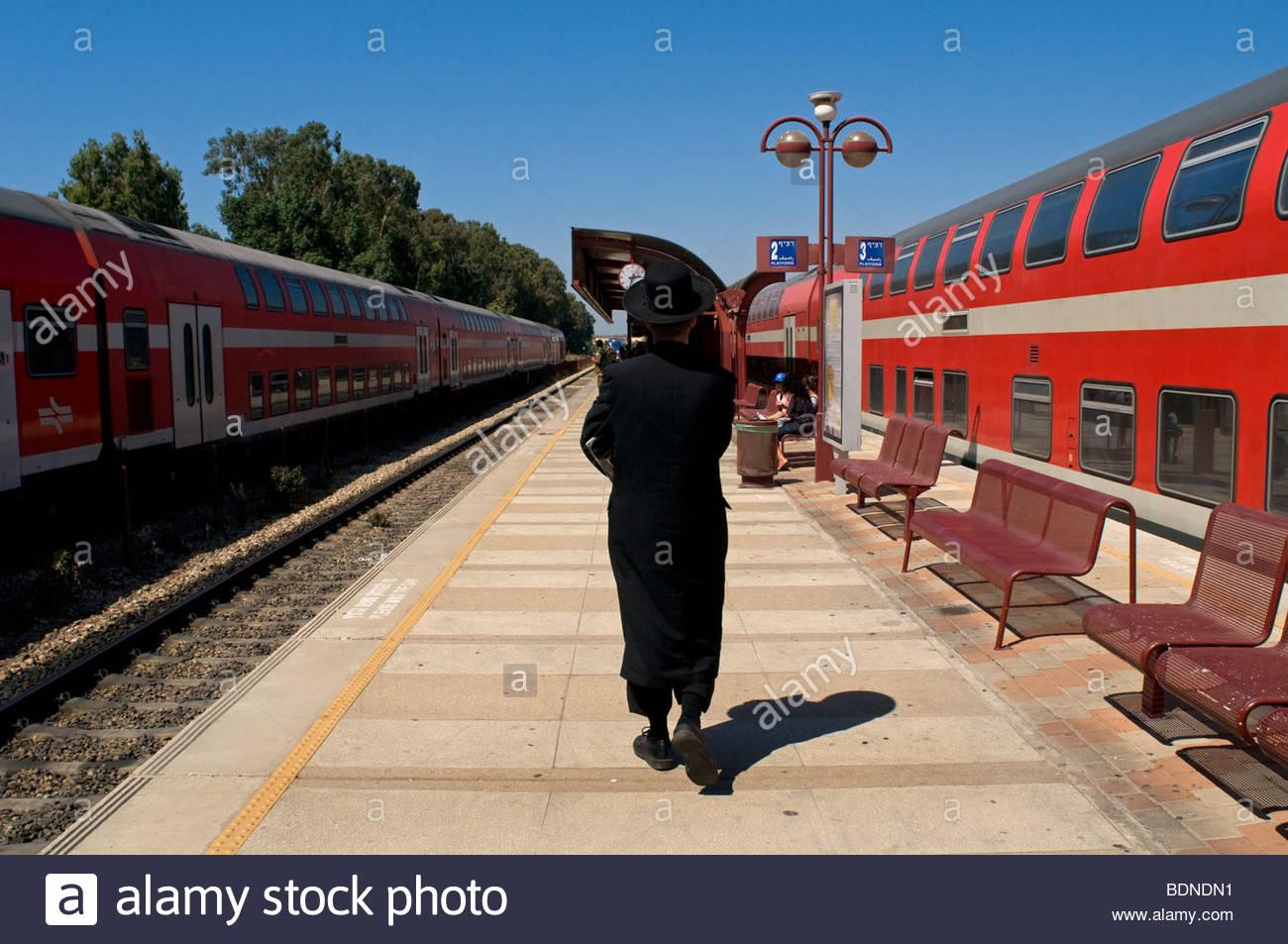 Ultra ebreo ortodosso alla piattaforma di Netanya stazione ferroviaria in Israele Immagini Stock