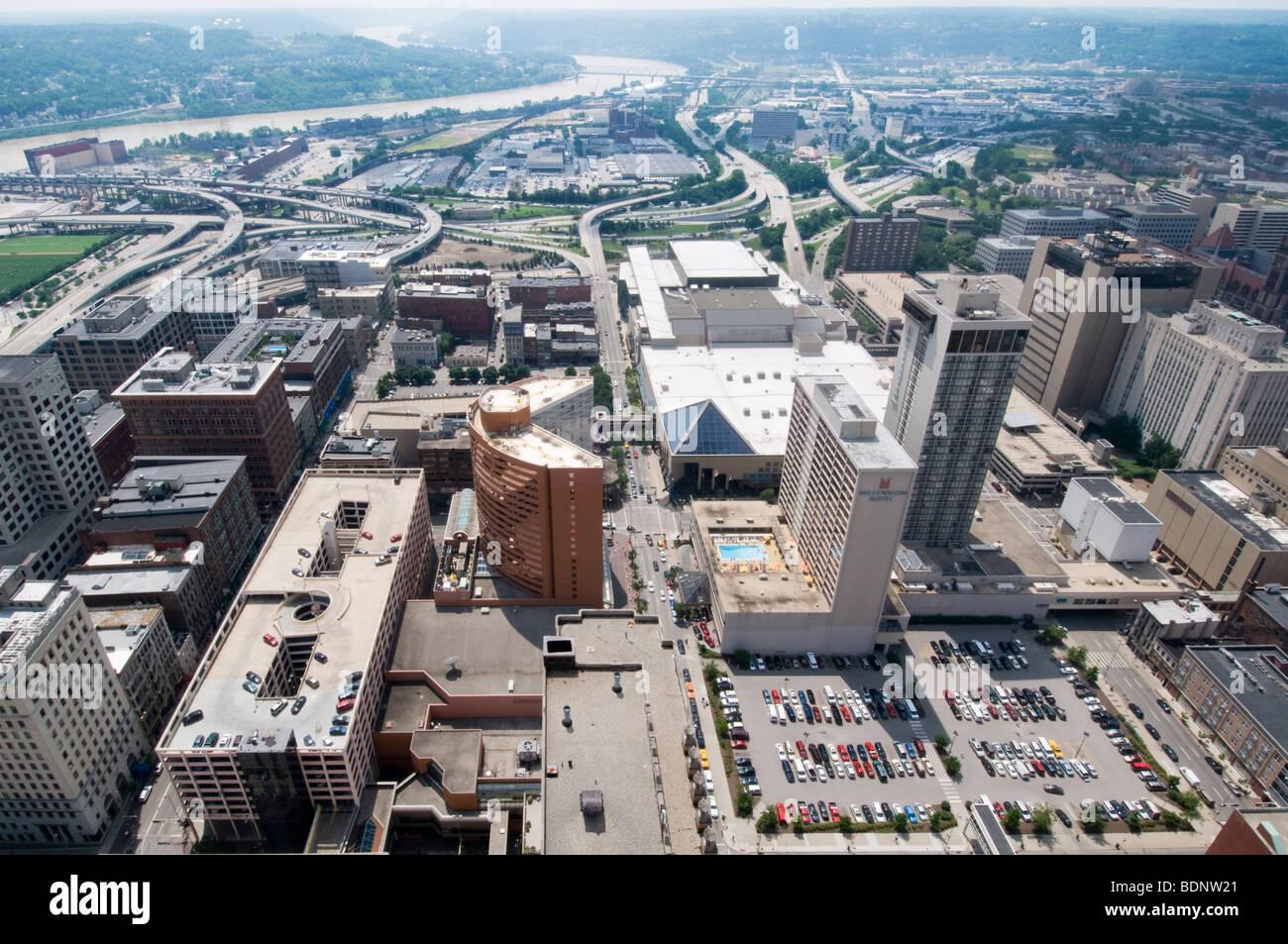 Autostrade attraversando il centro di Cincinnati, OH Immagini Stock