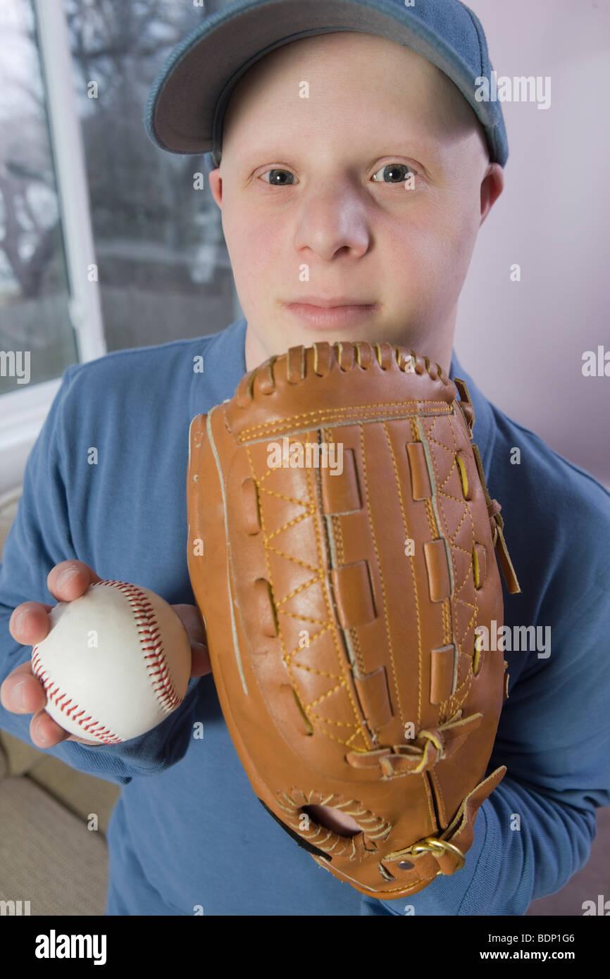 Uomo con un guanto da baseball e una palla da baseball Immagini Stock
