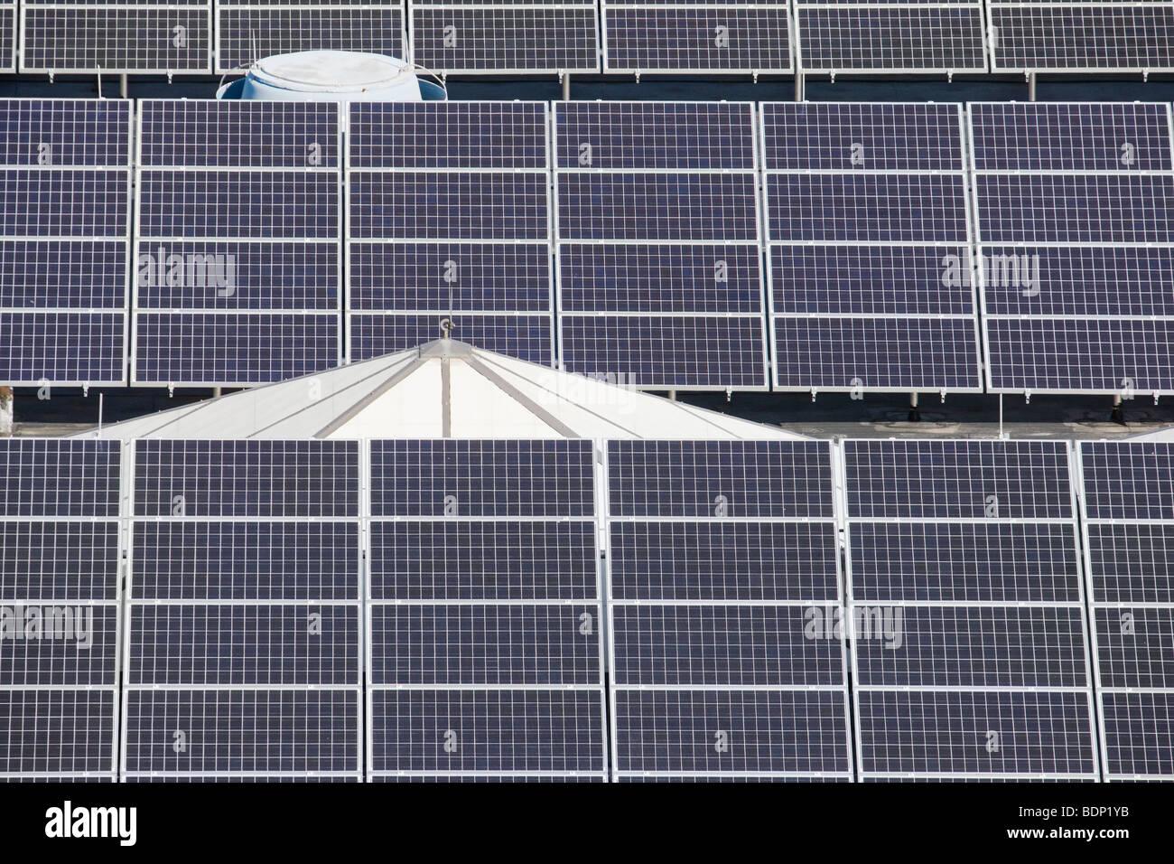 Pannelli solari in un impianto di trattamento delle acque Immagini Stock
