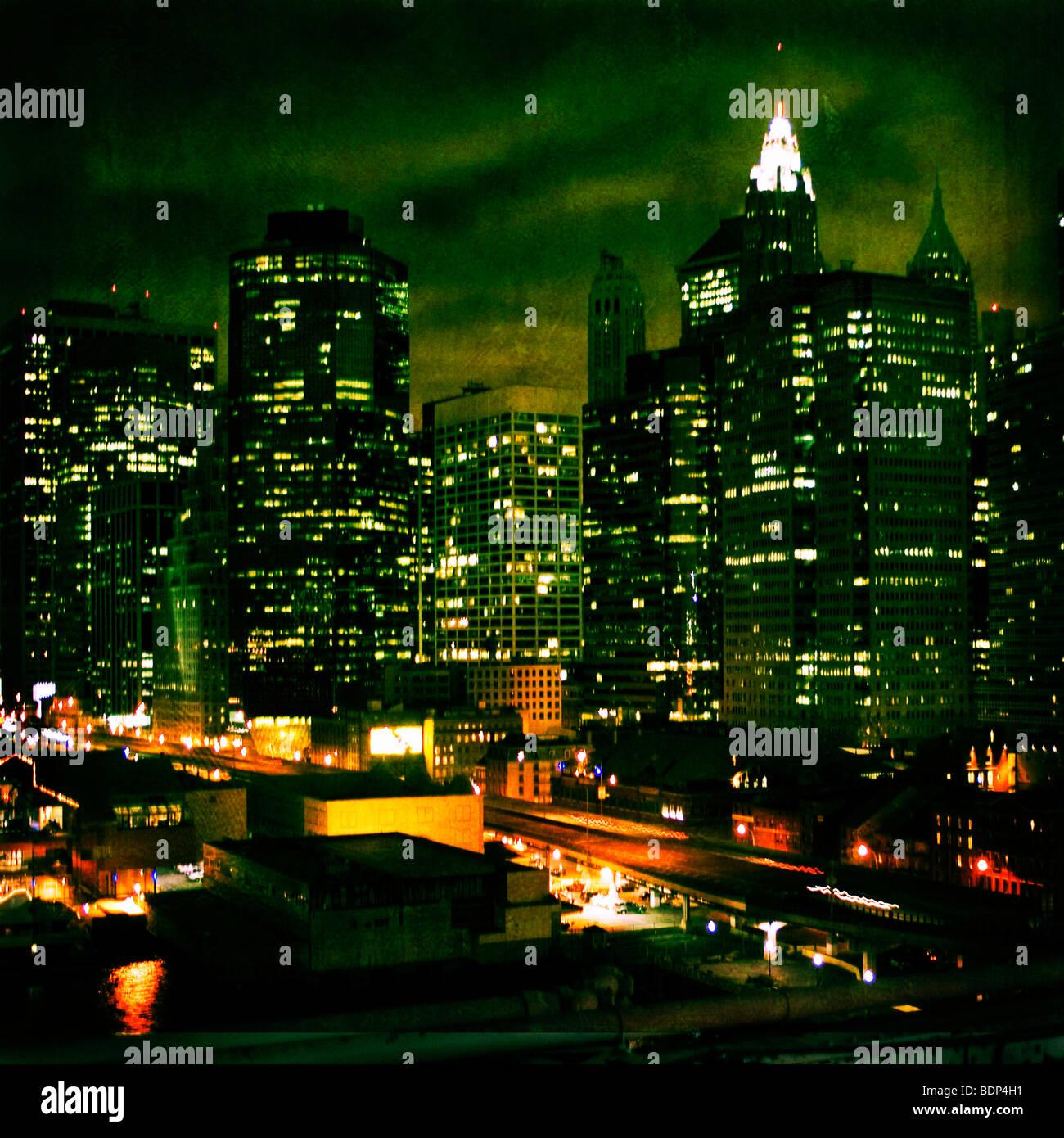 New York City di notte con highrise edifici Immagini Stock