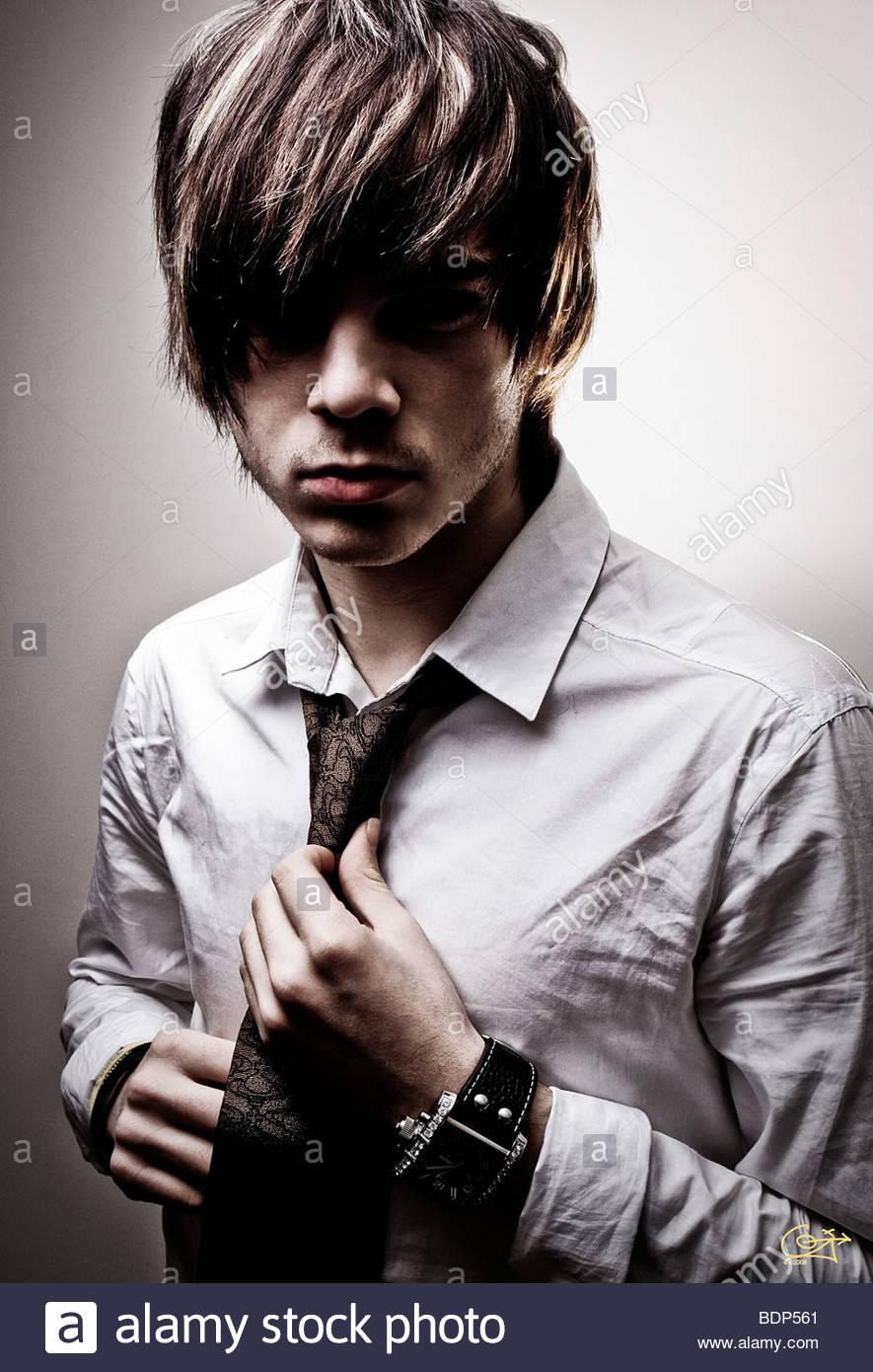 Un giovane uomo che indossa una camicia bianca e la cravatta Immagini Stock