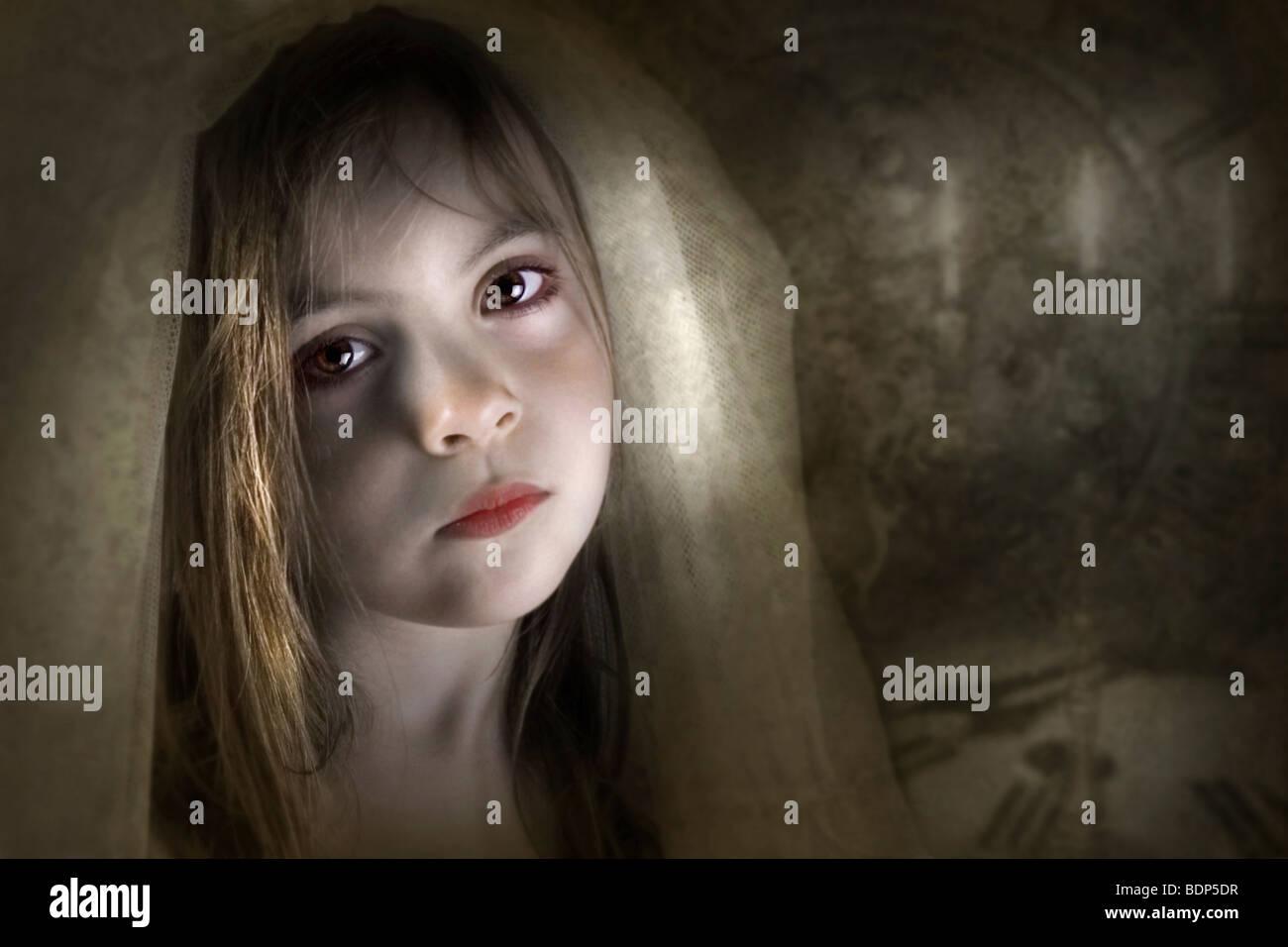Un giovane bambino vestito in un velo guardando la telecamera con tristezza o dolore in un ambiente impostazione Immagini Stock