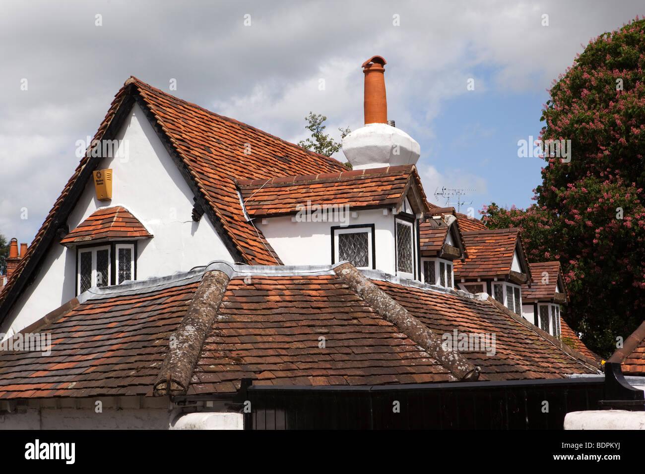 Inghilterra, Berkshire, Bray Village, High Street, rosso distintivo rosmarino piastrellato sul tetto della casa Foto Stock