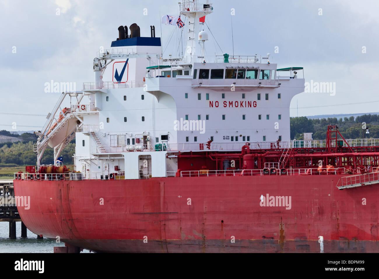 """Petroliere """"Iver prosperità' ormeggiato a Fawley terminale di olio, acqua di Southampton, Regno Unito Foto Stock"""