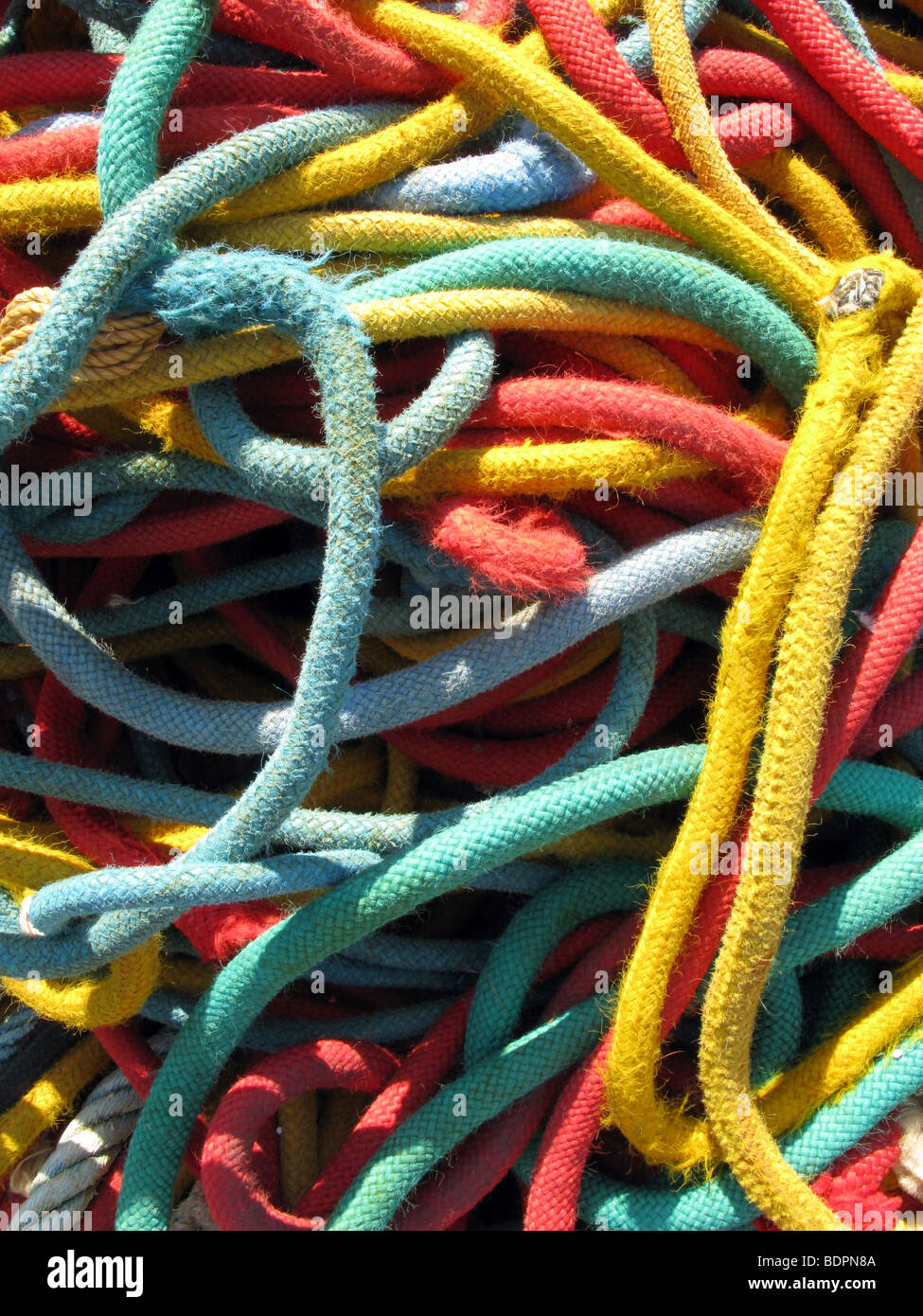Dettaglio delle corde colorate utilizzati su imbarcazioni da pesca in porto Immagini Stock