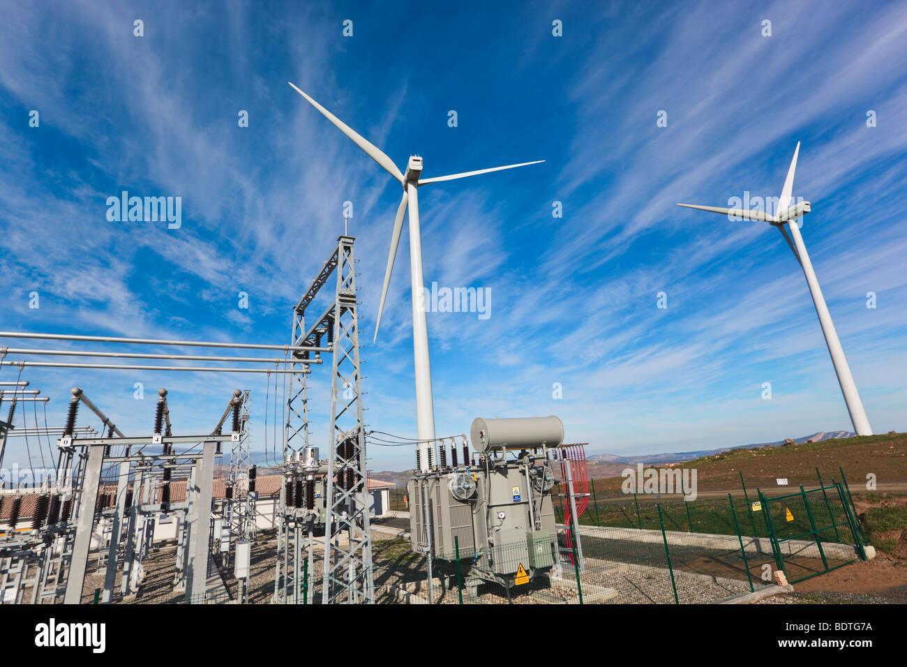 Wind Energy center vicino a Ardales, provincia di Malaga, Spagna. Mulini a vento e trasformatori. Immagini Stock