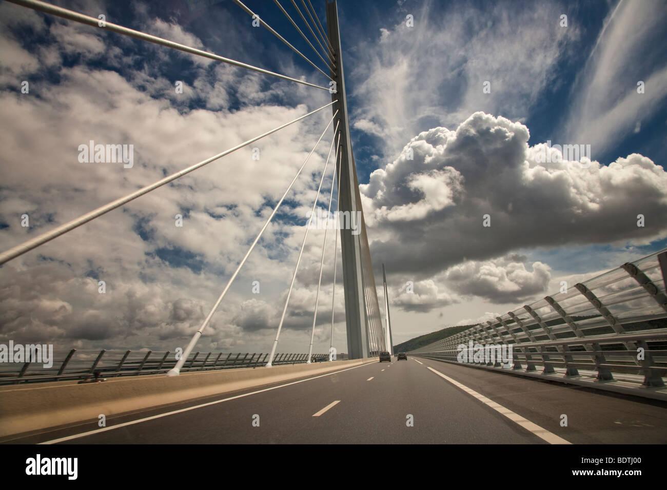 Il viadotto di Millau sul fiume Tarn in Aveyron Francia Foto Stock
