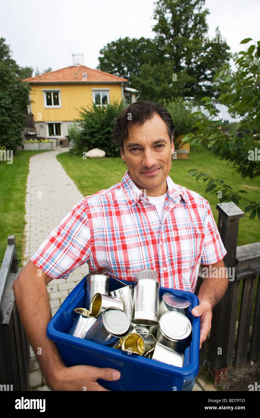 Un uomo il riciclaggio di lattine in alluminio Immagini Stock