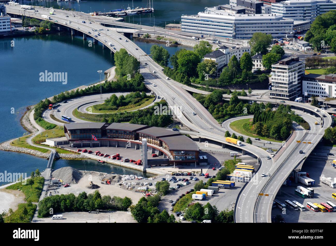 Moderne strade in corrispondenza del bordo della storica Bergen, Norvegia, Europa Immagini Stock