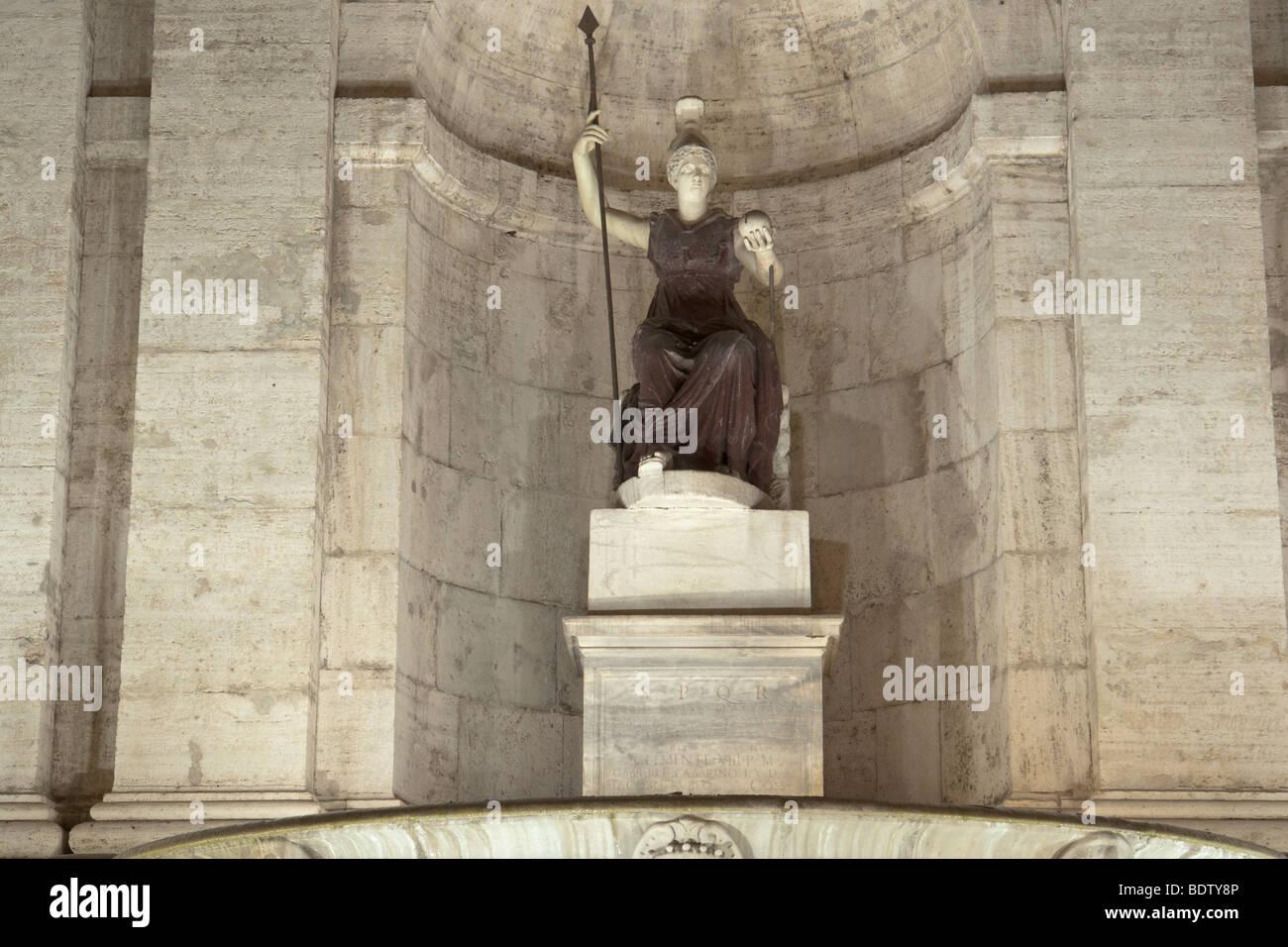 Roma. Antica statua romana in porfido e marmo che rappresenta una seduta Minerva - Dea Roma, in Piazza del Campidoglio. Immagini Stock