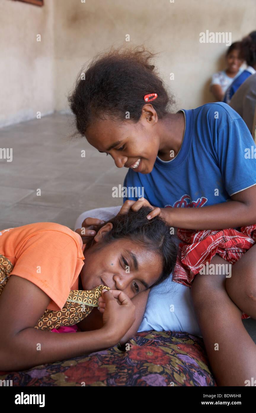 TIMOR LESTE ragazze alla ricerca di pidocchi in ogni altro capelli, Topu Honis orfanotrofio e casa dei bambini, Foto Stock
