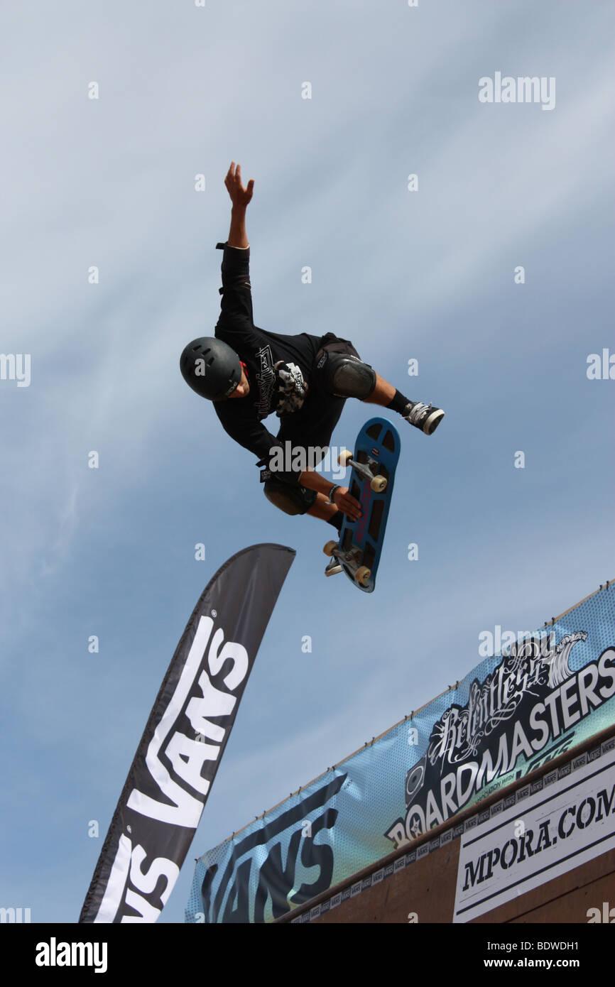 Un concorrente di skateboard in midair a Boardmasters Fistral Beach Newquay Inghilterra UK 2009. Immagini Stock