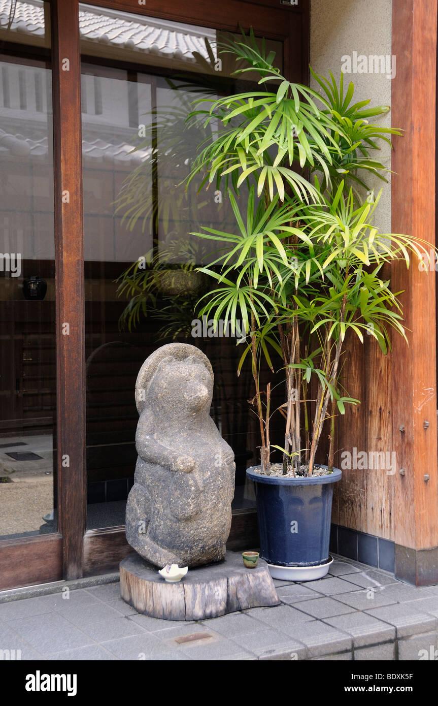 La pietra la figura di un cane procione, Tanuki, un simbolo per il sakè e ristorante, Kyoto, Giappone, Asia Foto Stock