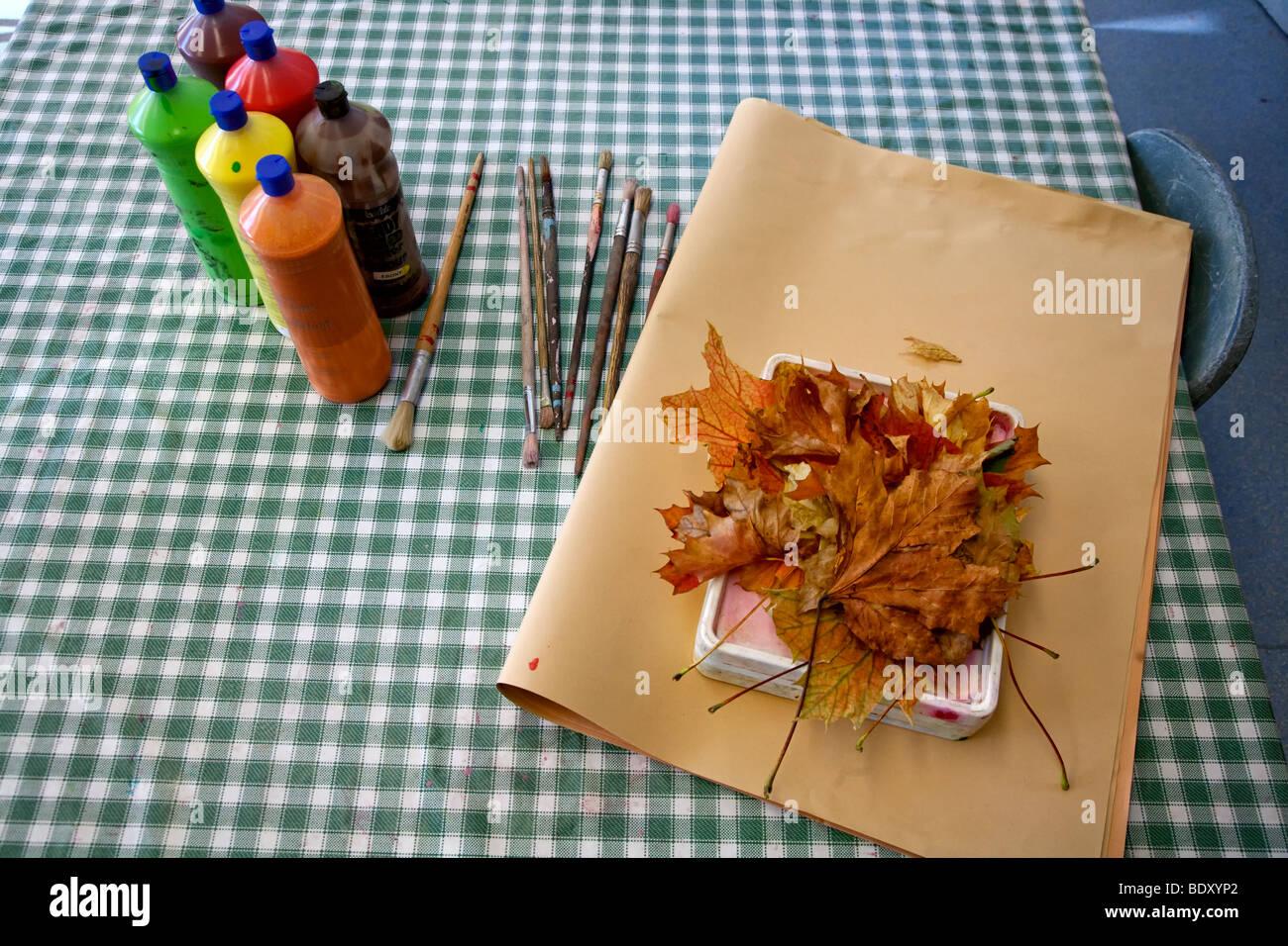 Materiali artigianali con foglie di autunno Foto Stock