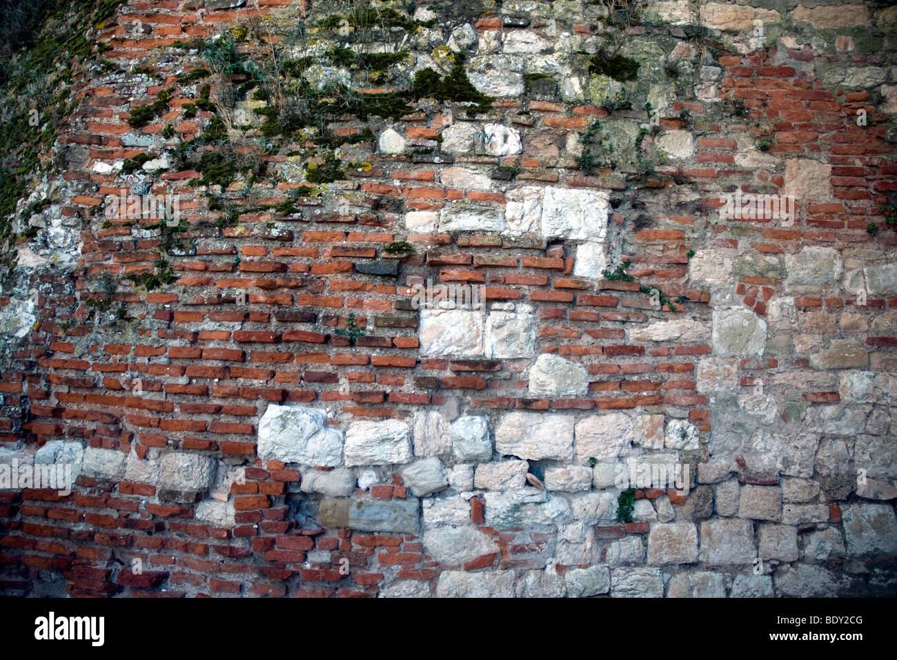 Una parete di mattoni rossi e pietra è emblematica di albi di misto gloriosamente materiali da costruzione Immagini Stock