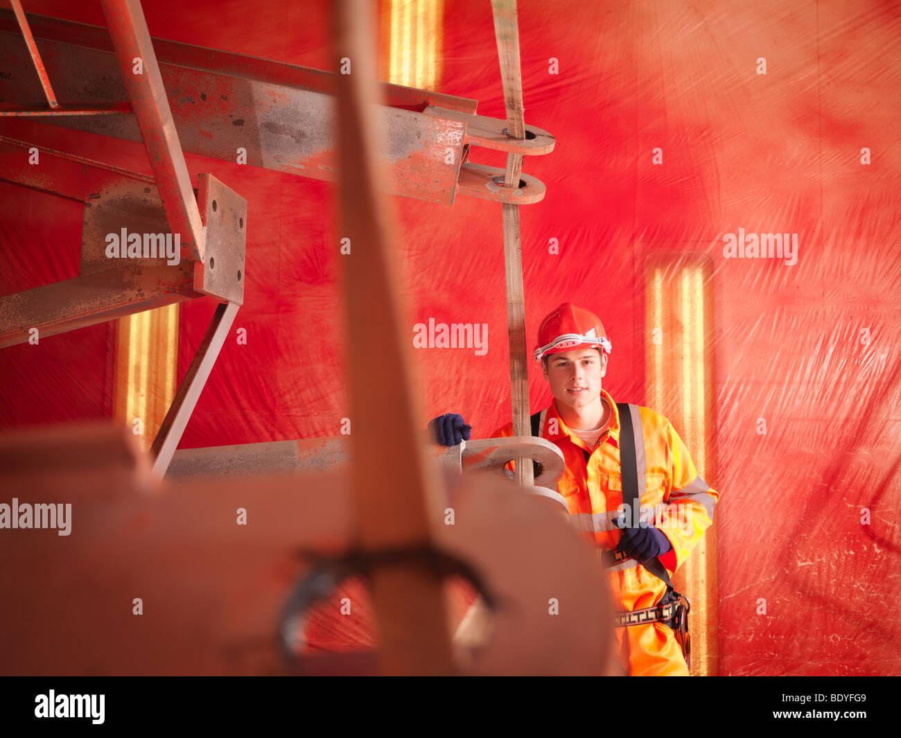 Lavoratore di gru nel cavo elettrico Foto Stock