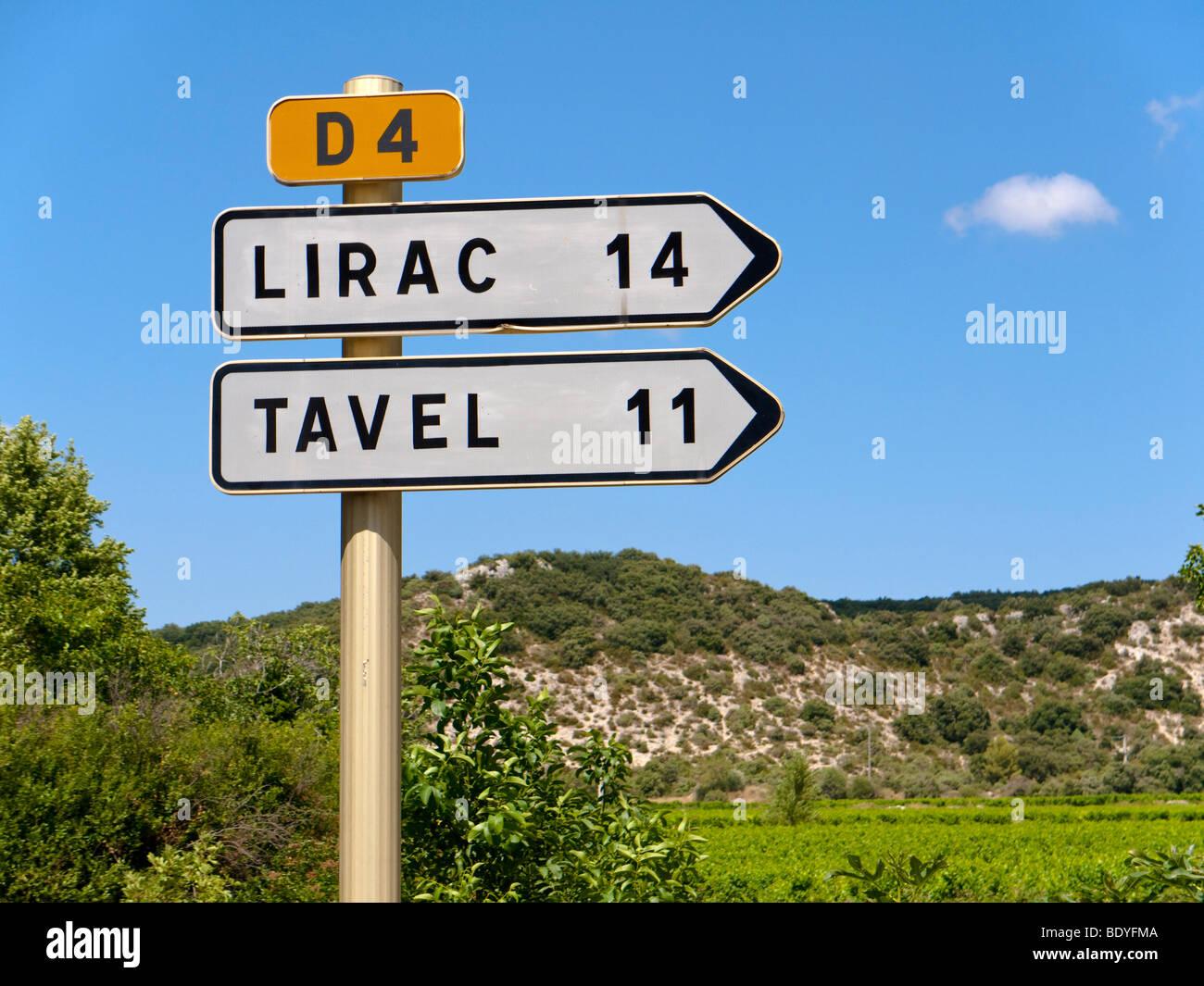 Un segno di traffico mostra la direzione della celebre vino villaggi di Tavel e Lirac. Immagini Stock