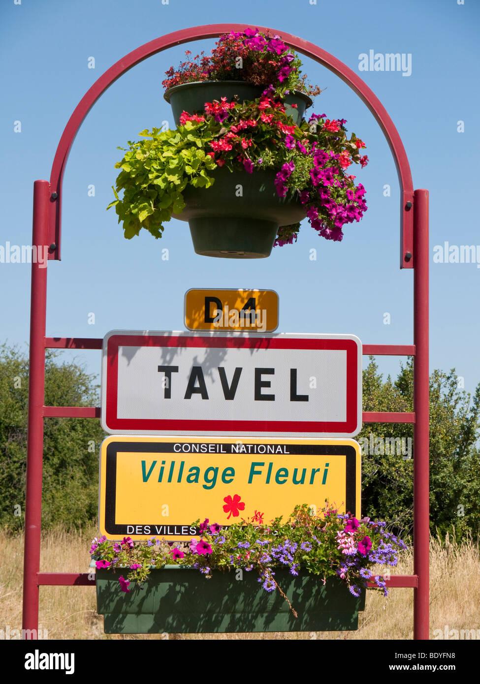 Un cartello all'ingresso del rinomato vino rosé villaggio di Tavel. Immagini Stock