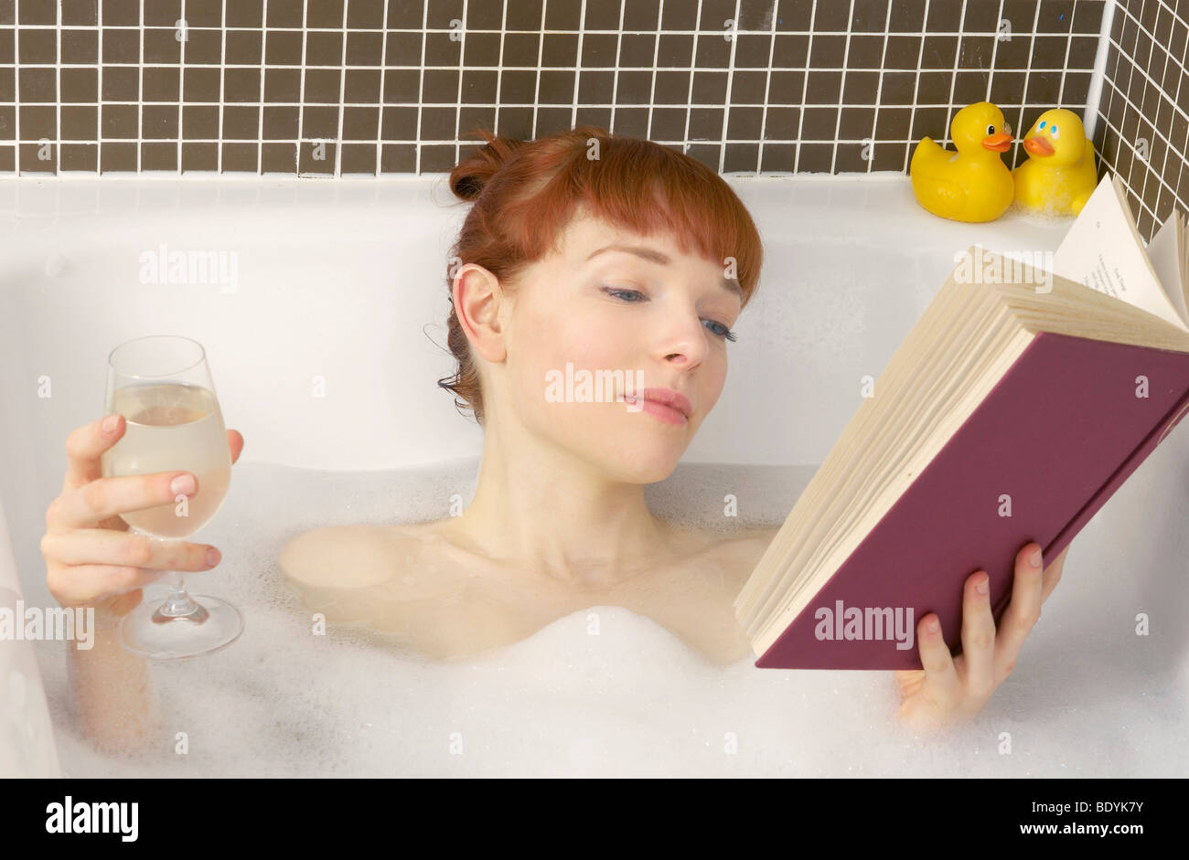Riempire La Vasca Da Bagno In Inglese : Donna relax nella vasca da bagno con libro foto & immagine stock