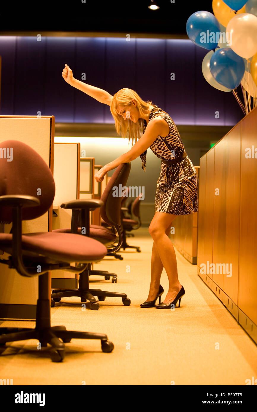 Lavora fino a tardi in ufficio Foto Stock