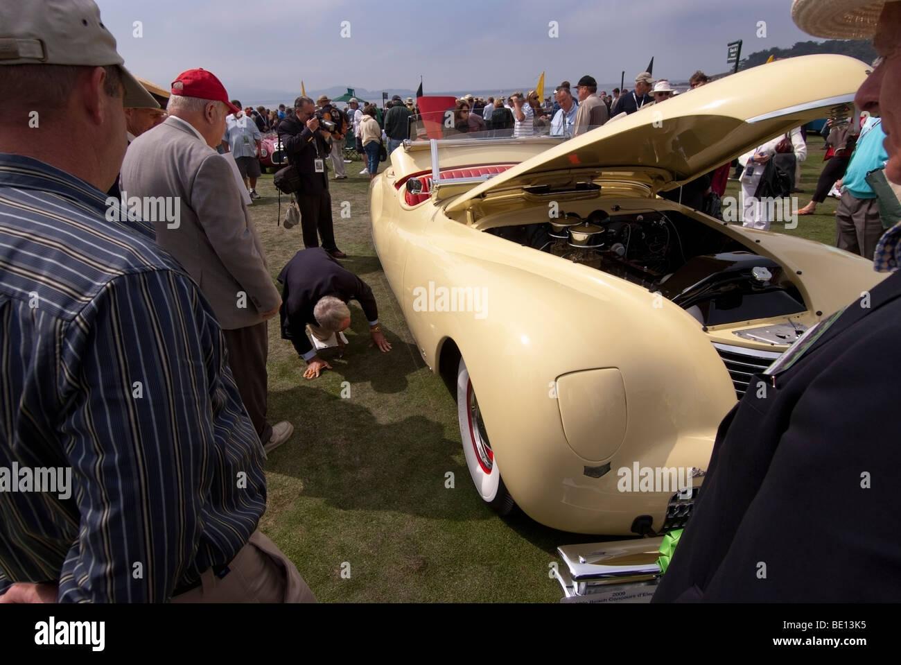 Il Concours giudice ispezionando un 1941 Chrysler LeBaron Newport al 2009 Pebble Beach Concours d'Eleganza Immagini Stock