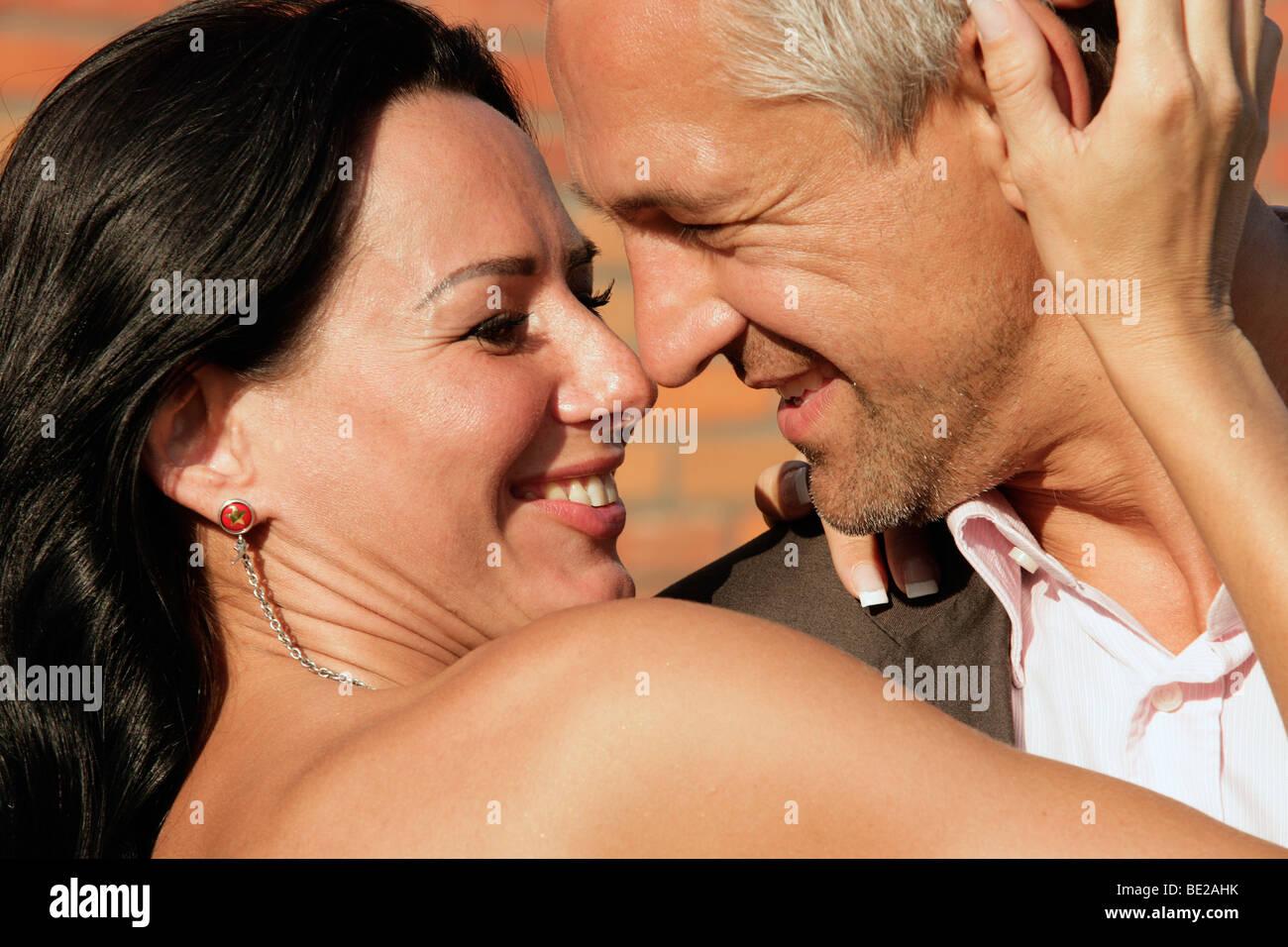Attraente coppia felice al di fuori Immagini Stock