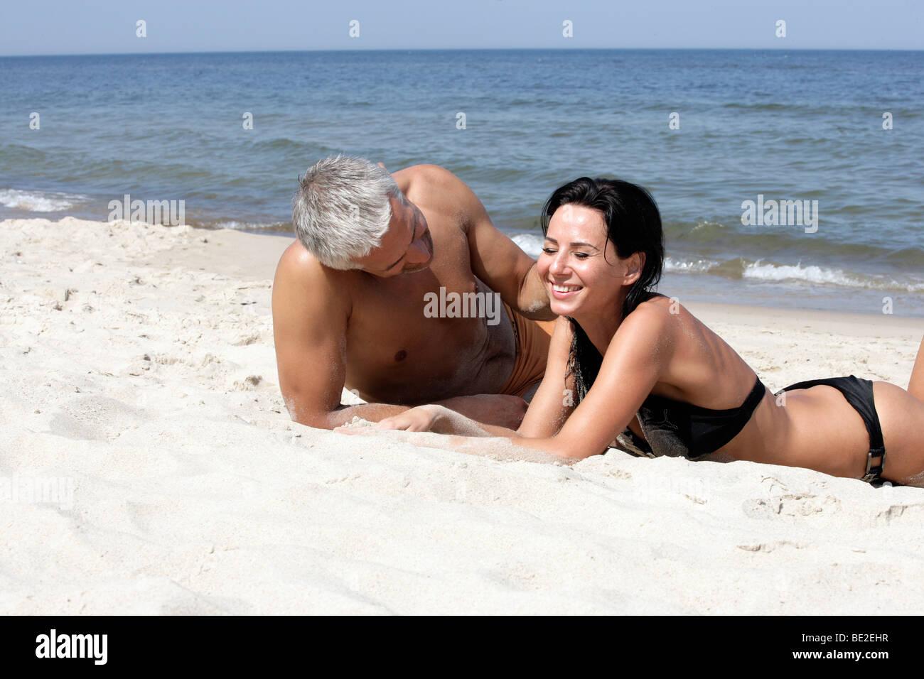 Attraente Coppia matura rilassante sulla spiaggia Immagini Stock