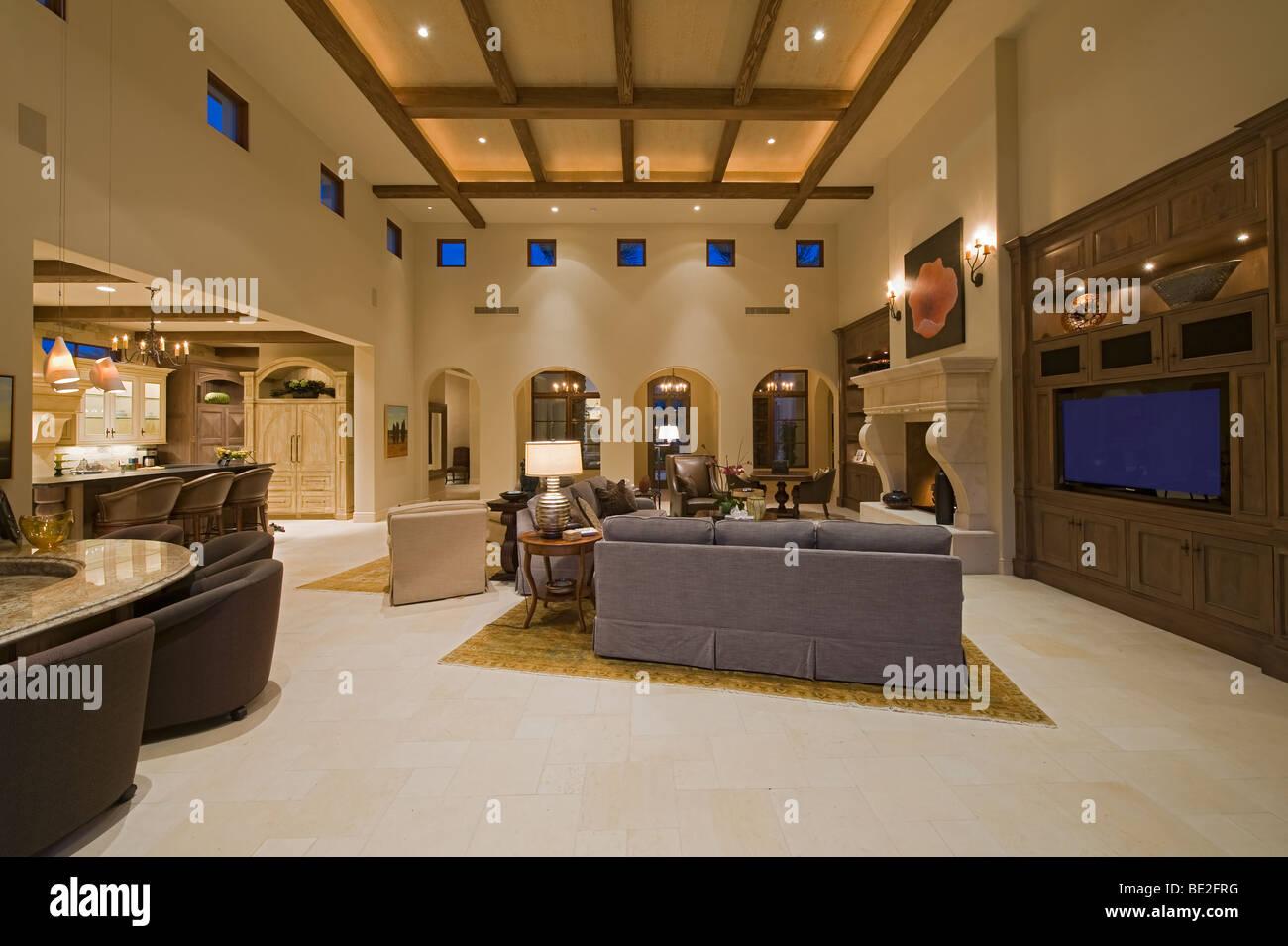 Soffitti Alti Illuminazione : Tipo mediterraneo camera familiare con alti soffitti con travi a