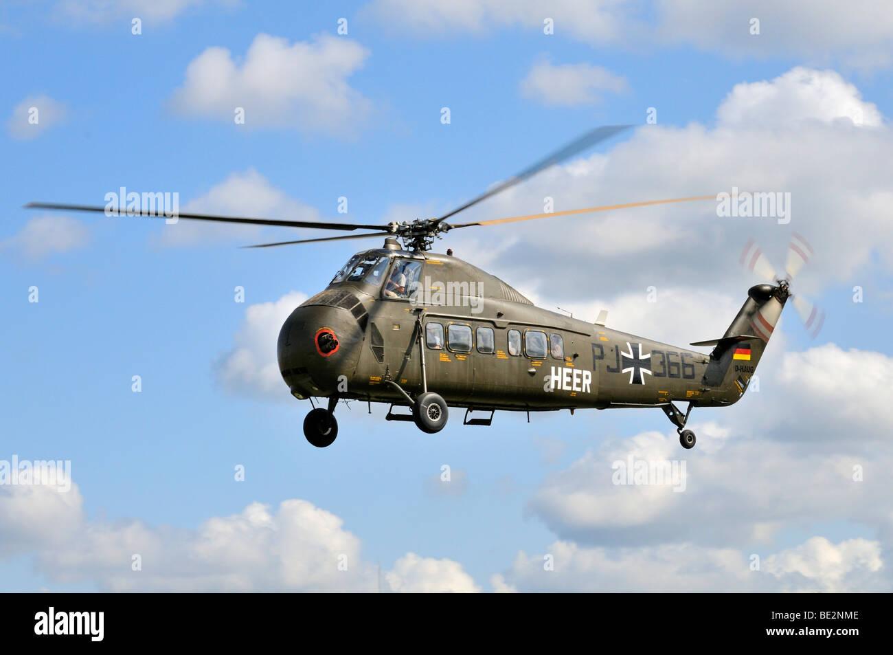 Trasporto americano elicottero Sikorsky S-58C durante una dimostrazione di volo, il più grande d'Europa incontro Foto Stock