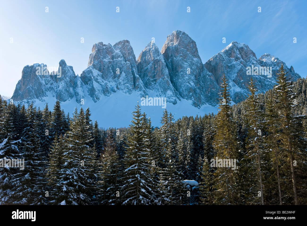 Paesaggio invernale, le Odle Gruppo/Geisler Spitzen, Val di Funes, Dolomiti italiane montagne, Trentino Alto Adige Immagini Stock