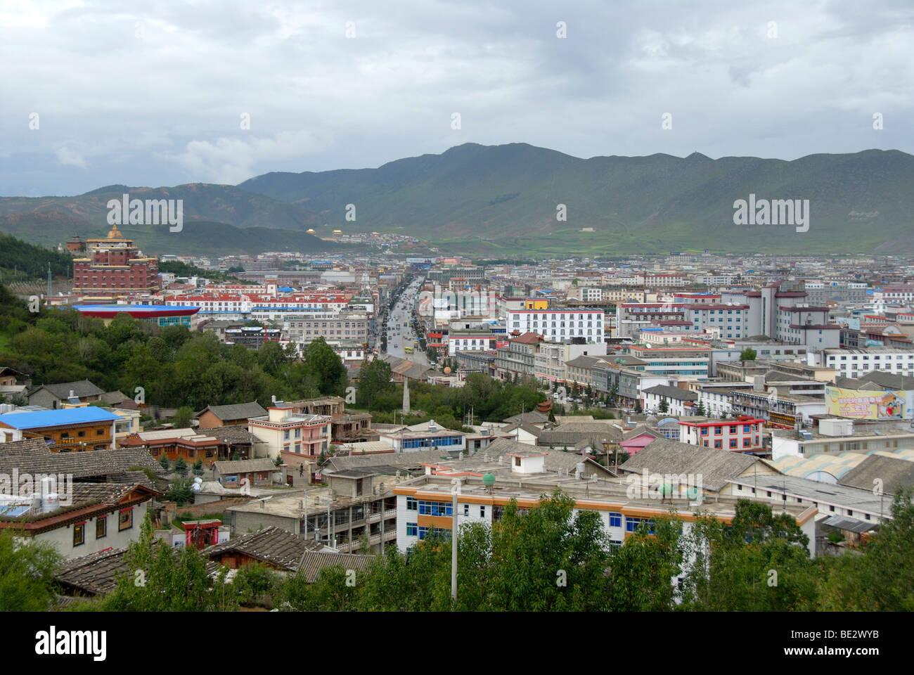 Vista della città nuova, Zhongdian, Shangri-La, nella provincia dello Yunnan, Repubblica Popolare di Cina e Immagini Stock