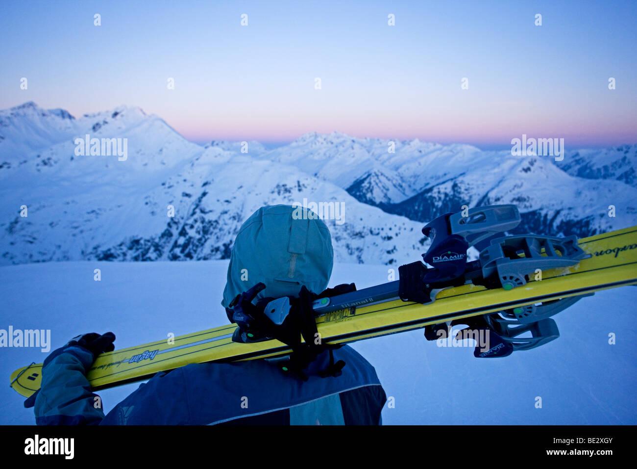 Sci alpinismo, guardando sopra le cime innevate poco prima dell'alba, Verwall Alpi, Tirolo del nord, Austria, Immagini Stock