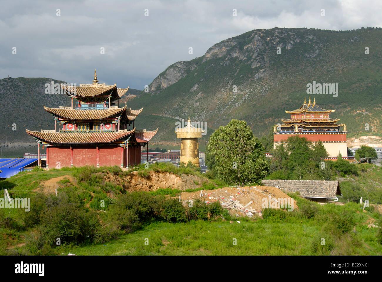 Buddista Tibetana, il monastero e il tempio e la grande preghiera d'oro ruota, Guishan Park, Zhongdian, Shangri Immagini Stock