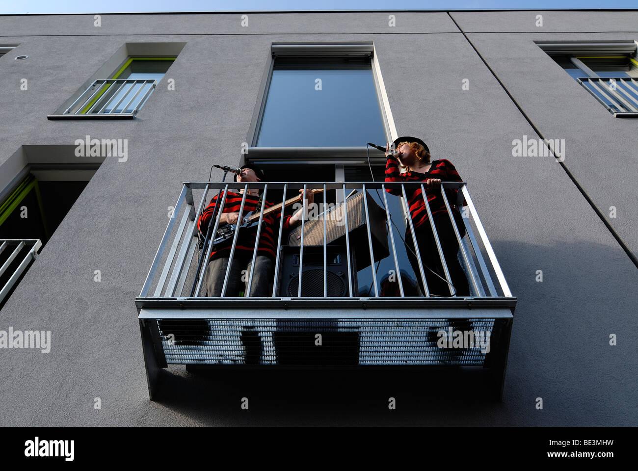Musica dal vivo dal balcone con il cantante e chitarrista presso il quartiere di Dresda festival 'Repubblica Immagini Stock