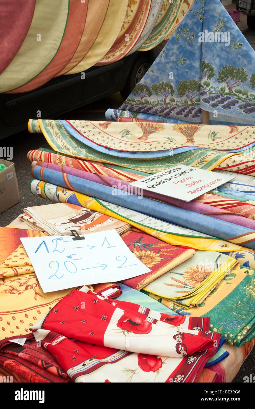 Colorato di rotoli di materiale per la vendita nel mercato nella cittadina francese di Nerac, Aquitaine, Francia Immagini Stock