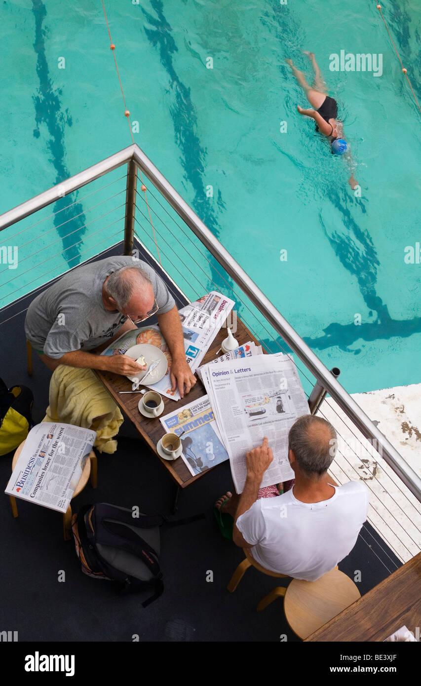 La prima colazione a Bondi iceberg piscina, noto anche come i bagni di Bondi. La spiaggia di Bondi, Sydney, Nuovo Immagini Stock