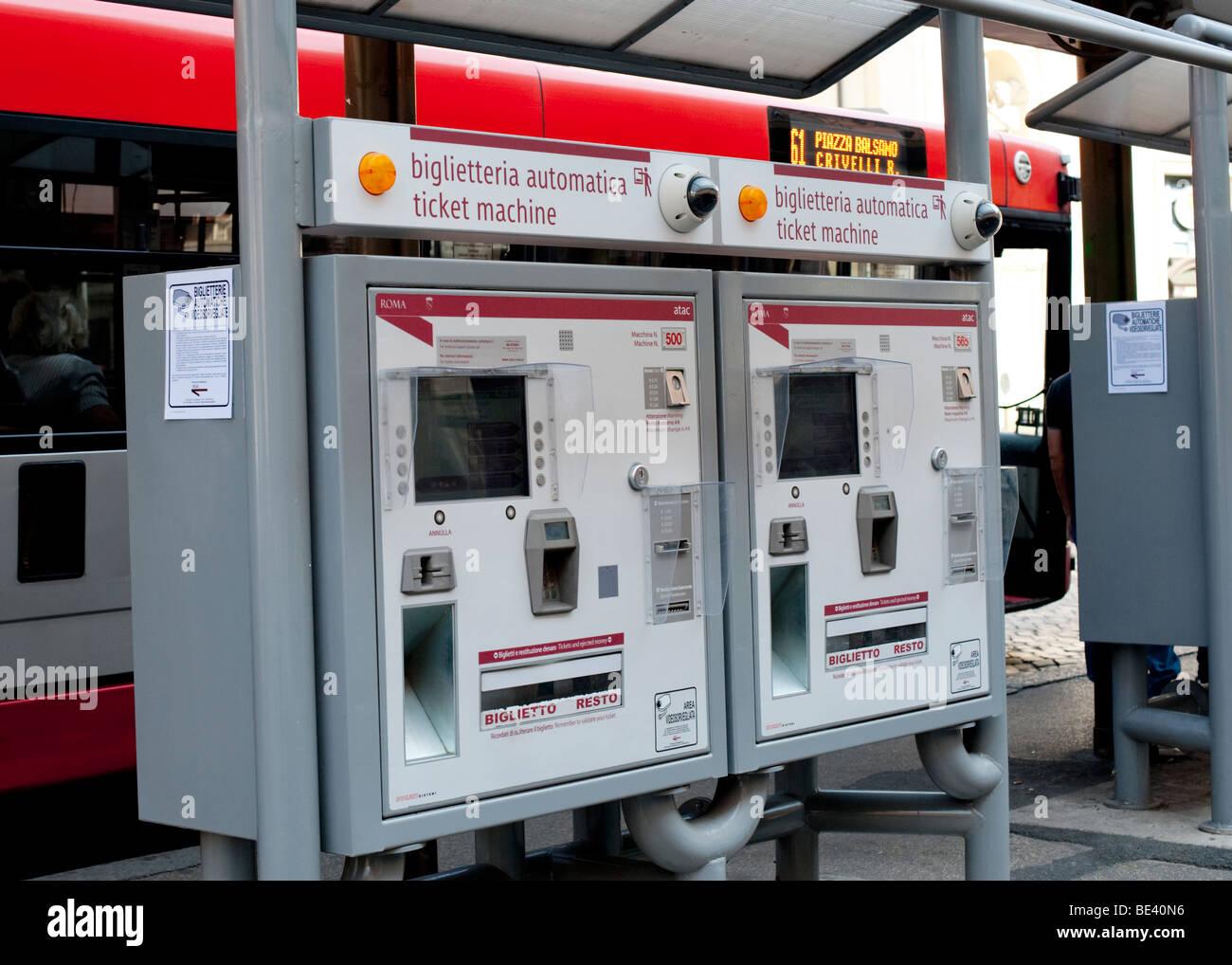 Un biglietto automatizzato la macchina a un deposito autobus in Italia a Roma con un autobus romano in background Immagini Stock