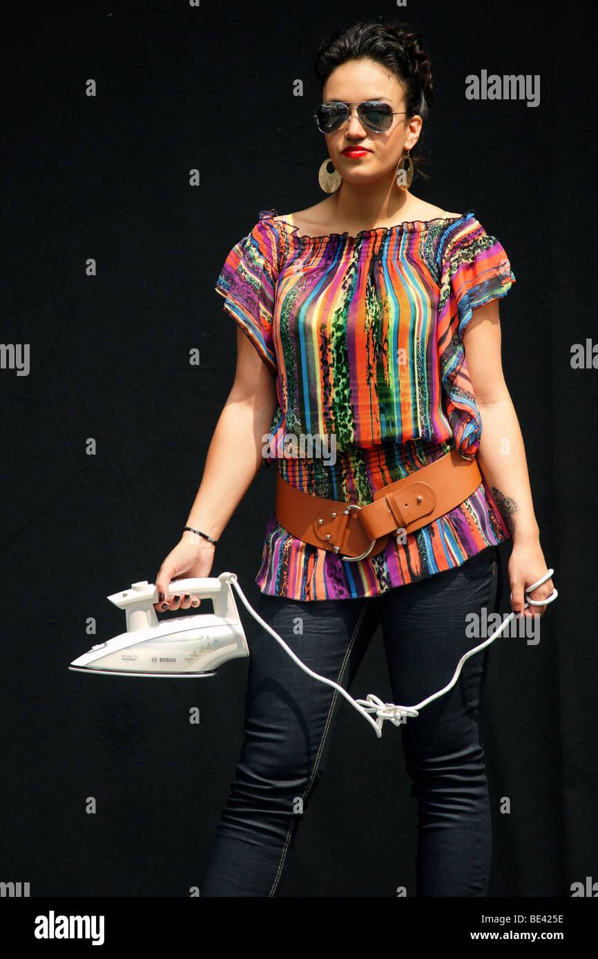 Unica donna adulto superiore del corpo faccia torace fashion show azienda elettrodomestici sfondo nero all'aperto Immagini Stock