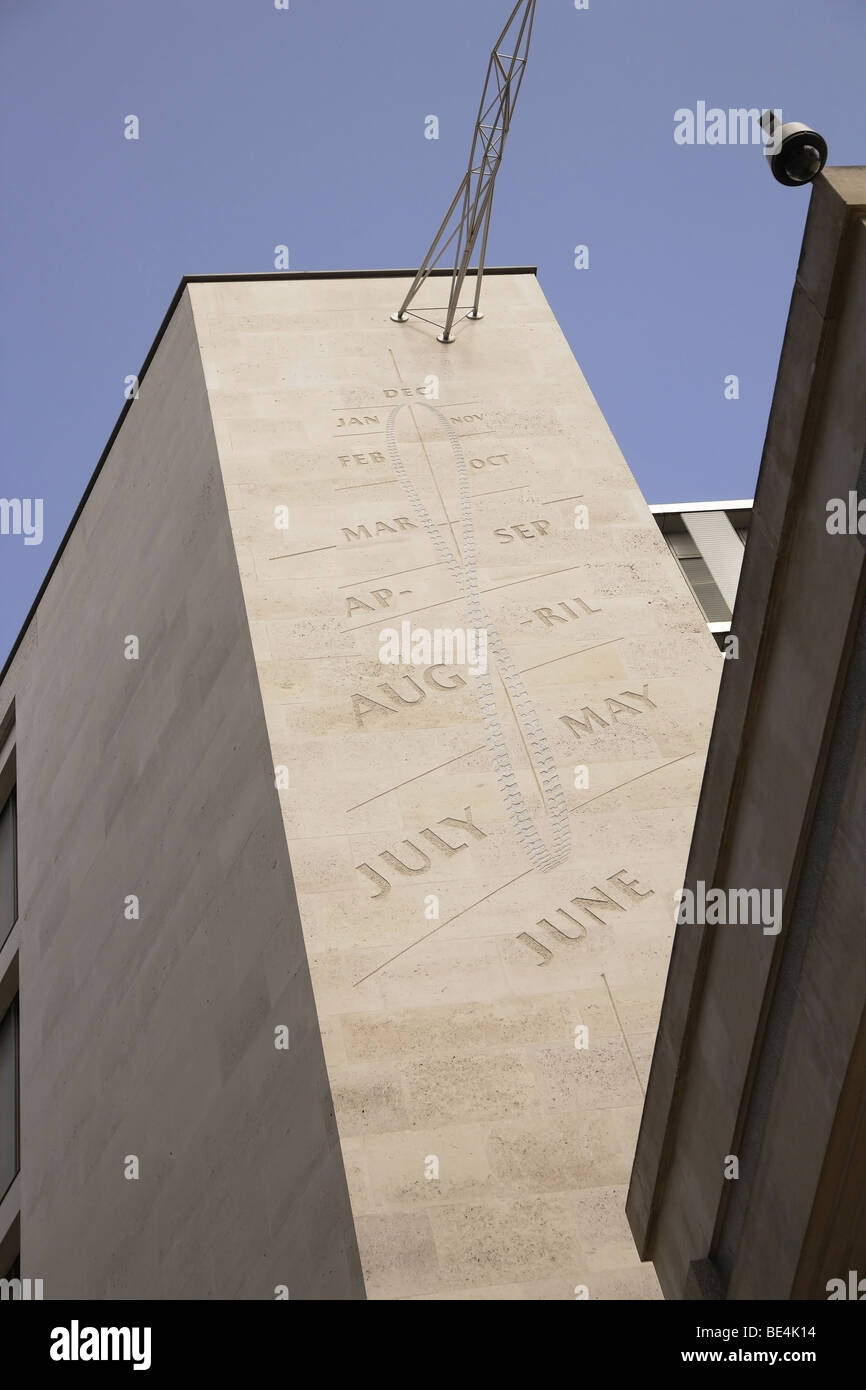 Studio architettonico di grande scala meridiana sulla facciata di un edificio londinese,nel ritratto.dispositivo Immagini Stock