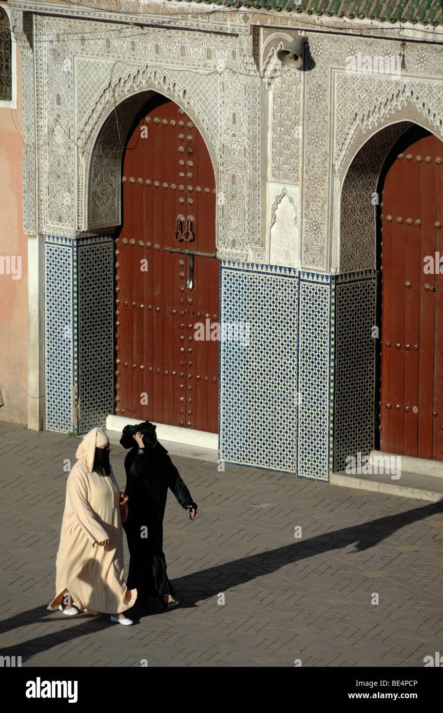 Velò donne marocchine al di fuori moschea di Djemaa El-Fná Square marrakech marocco Immagini Stock