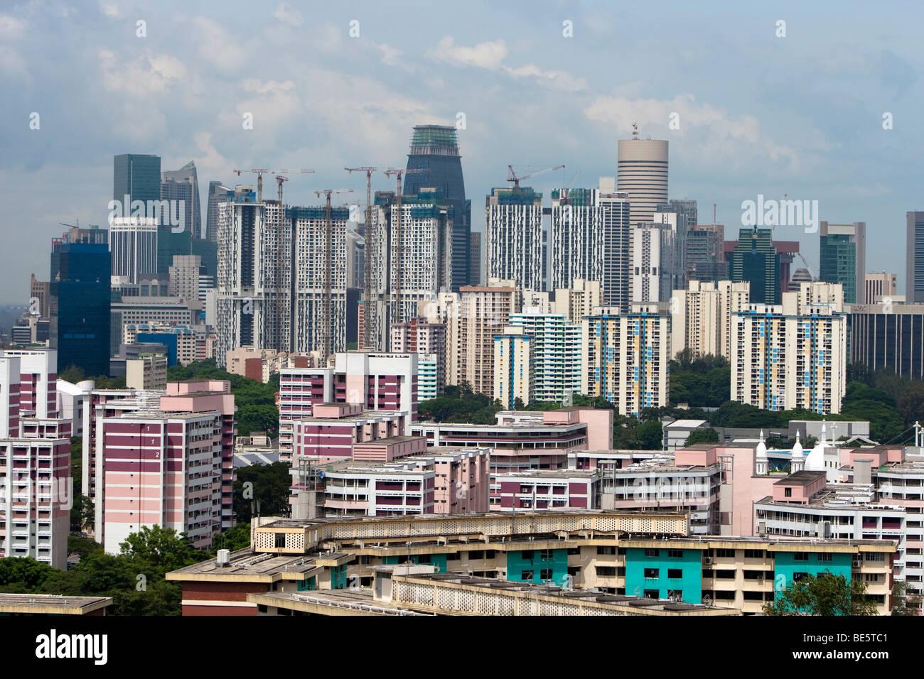 Lo skyline di Singapore, grattacieli con alloggiamento economici, dietro il costoso quartiere centrale degli affari Immagini Stock