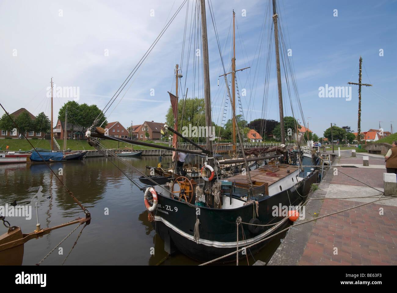 Il Porto Vecchio, Museo Porto di Carolinensiel, storico con fondo piatto le navi a vela nel porto, Ostfriesland, Immagini Stock