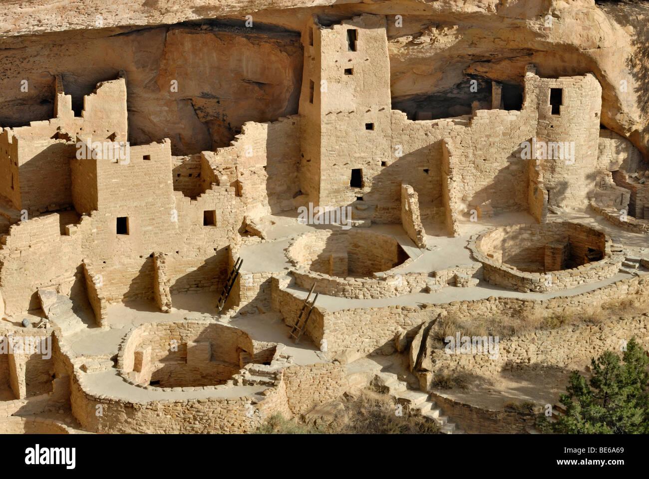 Dimora storica e sito di culto del Puebloans ancestrale, Cliff Palace, vista parziale con 3 round camere cerimoniali, Immagini Stock