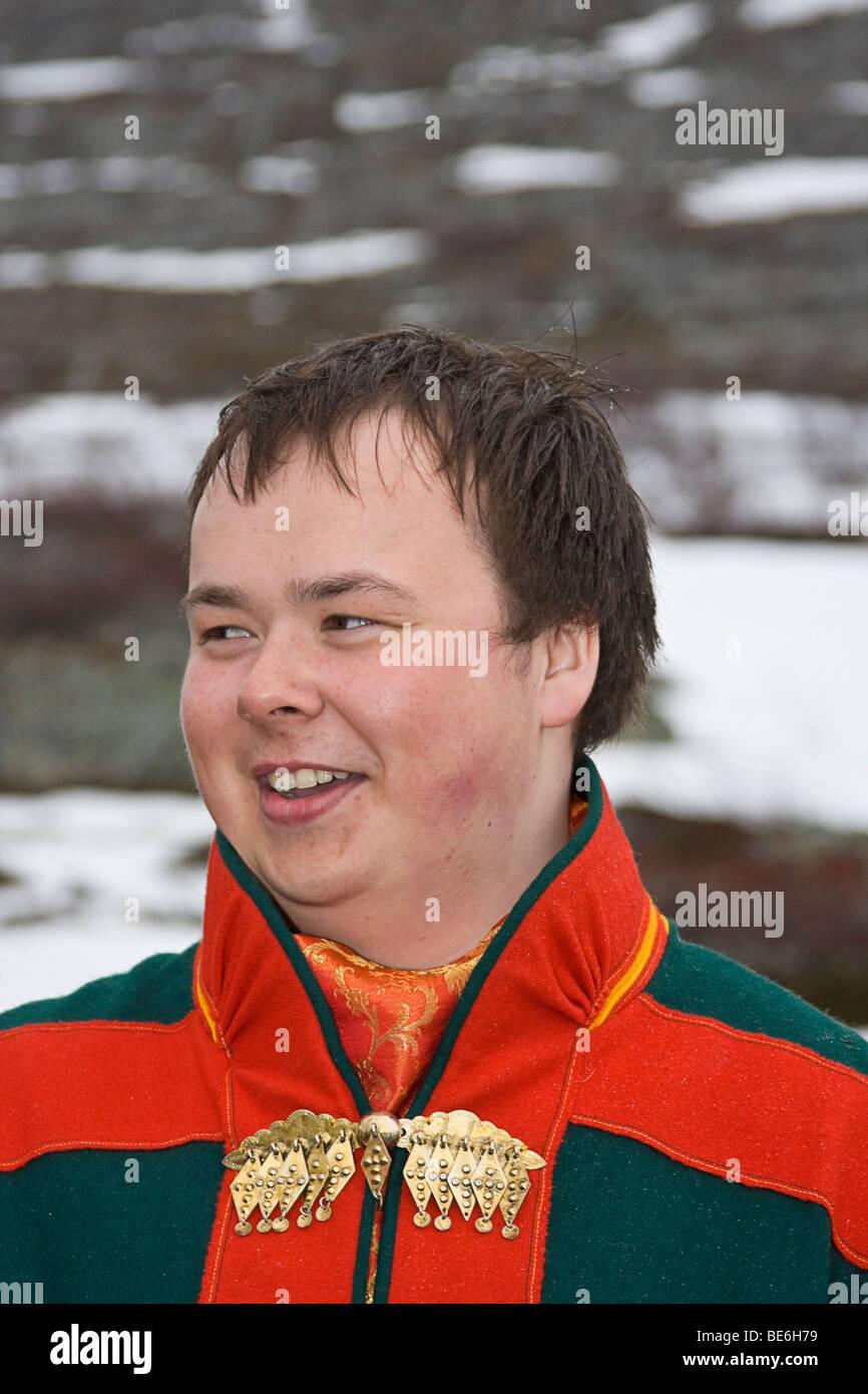 Sami giovane uomo in abbigliamento tradizionale parla della vita del suo popolo. Immagini Stock