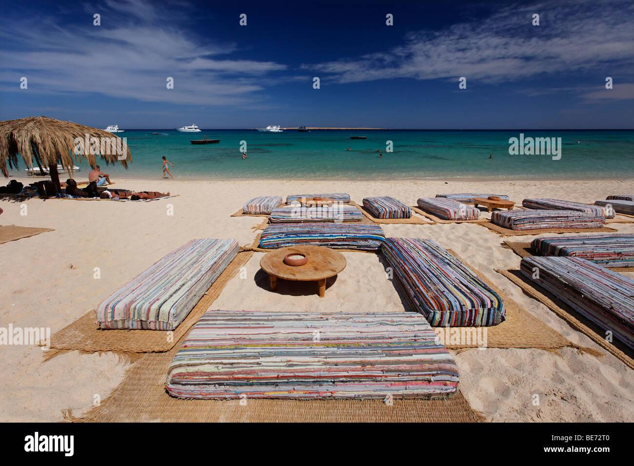 Sedi di cuscini, spiaggia, laguna, orizzonte, ombrellone, Mahmya, Isola Giftun, Hurghada, Egitto, Africa, Mar Rosso Immagini Stock