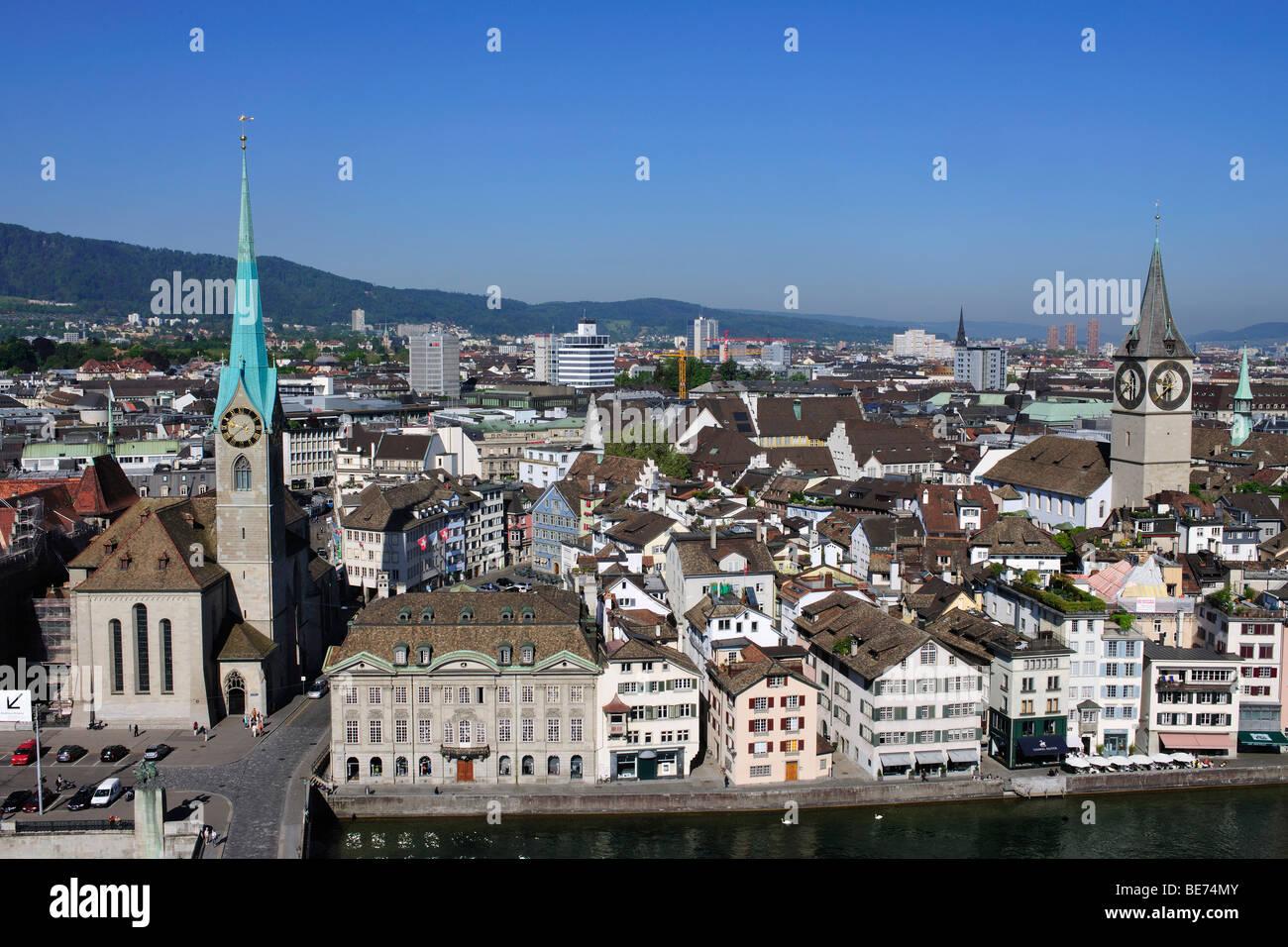 Vista da una torre di Grossmuenster, grande Minster Chiesa verso la torre di San Pietro Chiesa, la torre di Fraumuenster Foto Stock
