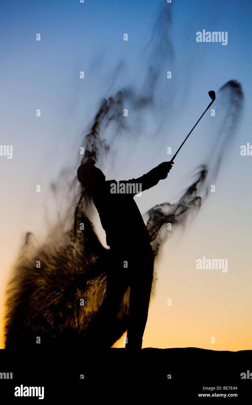 Silhouette di un golfista a fine giornata Immagini Stock