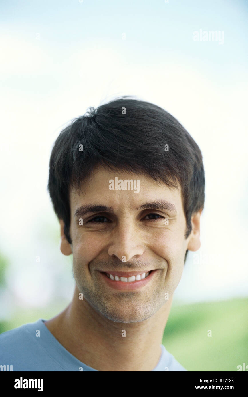 Uomo sorridente in telecamera, ritratto Immagini Stock